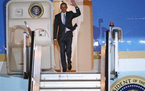 96048614_LONDON_ENGLAND_-_APRIL_21__US_President_Barack_Obama_steps_off_Air_Force_One_upon_arrival_a-large_trans++Nfy3y1bAskprEdfySmFJFX64klESO1XPNJLk73Av_5k